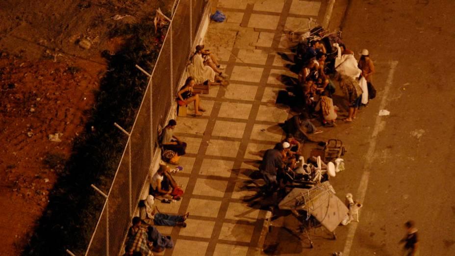 Usuarios retornam ao local onde policiais militares realizaram uma operacão para coibir o tráfico e o consumo de drogas na região conhecida como Cracolândia, São Paulo