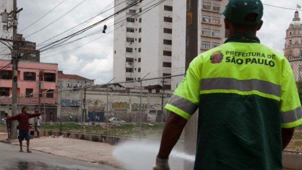 Funcionário da Prefeitura de São Paulo utiliza jato de água para dispersar usuários de droga da Cracolândia, no centro da cidade, no dia 13 de janeiro