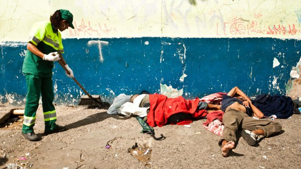 Usuários de droga deitados na calçada da Rua Helvétia, na região da Cracolândia, em 13 de janeiro
