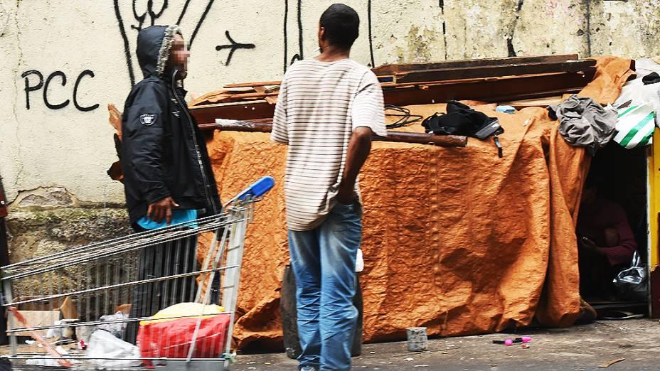 Favelinha montada por moradores de rua e viciados em crack em volta do Ceagesp, em São Paulo