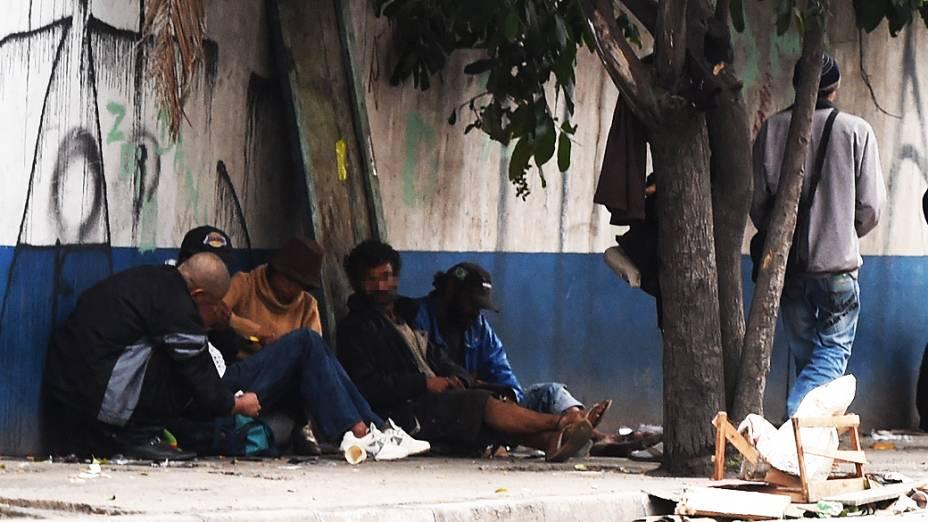 Usuários fumam crack ao redor do Ceagesp, em São Paulo