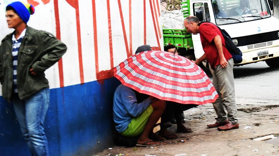 Dependentes usam guarda-chuva para fumarem crack escondidos na região do Ceagesp, em São Paulo