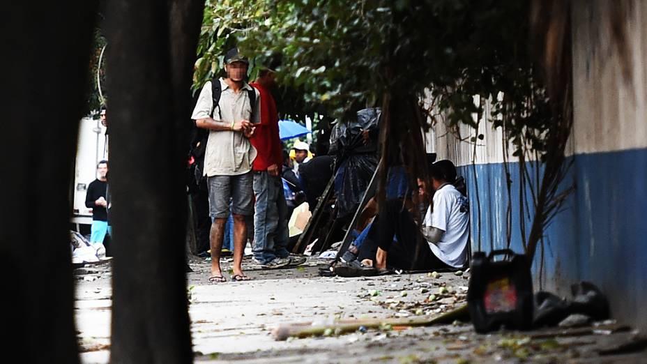 Viciados em crack ocupam as calçadas ao lado de conjunto habitacional no Ceagesp, em São Paulo
