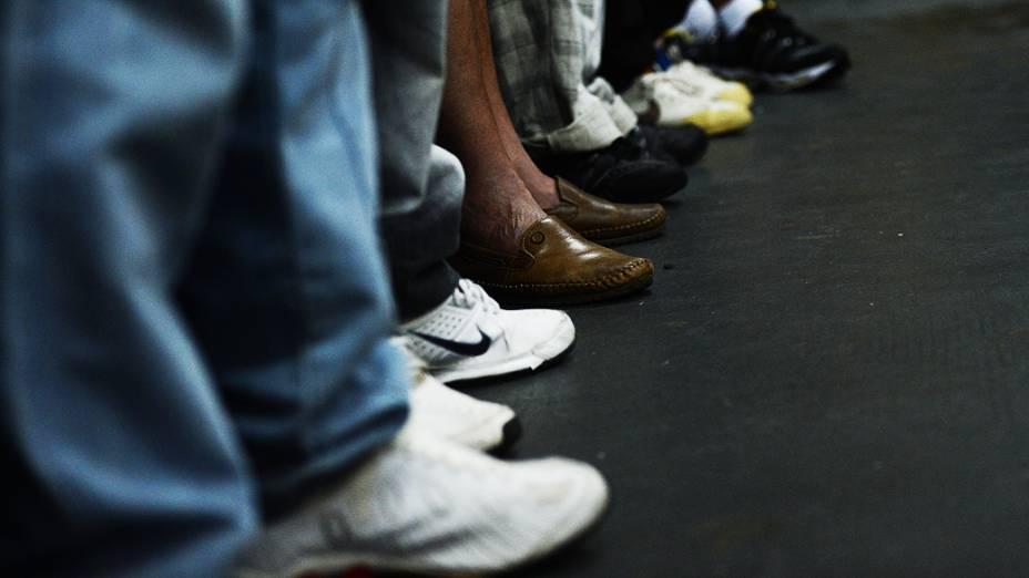 Fila de moradores de rua e dependentes químicos em frente à Missão Batista Cristolândia