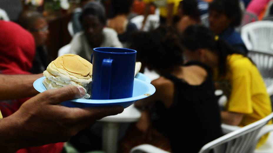 Na missão Cristolândia eles rezam, se alimentam, tomam banho, ganham roupas e oportunidade de tratamento