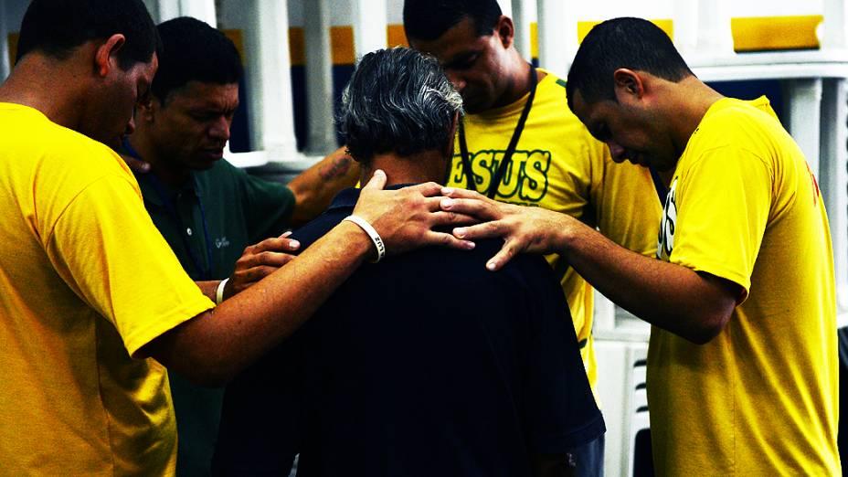 Voluntários da Missão Cristolândia rezam junto com usuário
