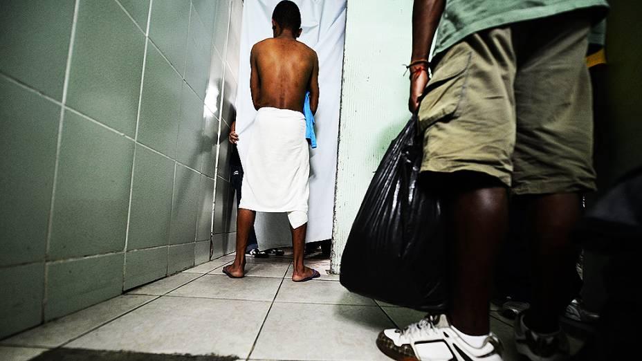 Moradores de rua e dependentes químicos são acolhidos no prédio da Missão Batista Cristolândia, na região da cracolândia, no centro de São Paulo. No local, eles rezam, se alimentam, tomam banho e ganham roupas novas e oportunidade de tratamento contra o vício