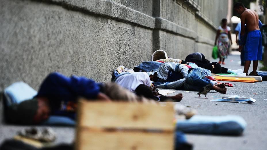 Muitos dos usuários vivem na rua e dormem nas calçadas da cracolândia