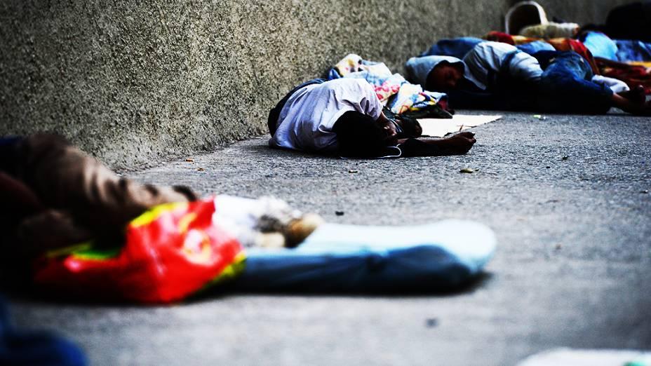 Usuários colocam pertences na calçada para serem trocados por pedras de crack, que custam em média 10 reais