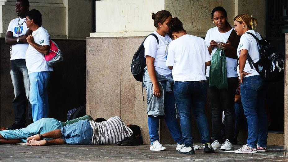 Voluntários e grupos religiosos durante ação junto aos usuários de drogas na cracolândia, próximo da sala São Paulo, na região central de São Paulo