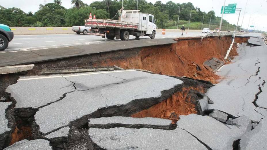 Cratera de oito metros de profundidade e cerca de 20 metros de comprimento que se abriu após o asfalto ceder na altura do quilômetro 25 da rodovia MG-10 em Vespasiano, Minas Gerais