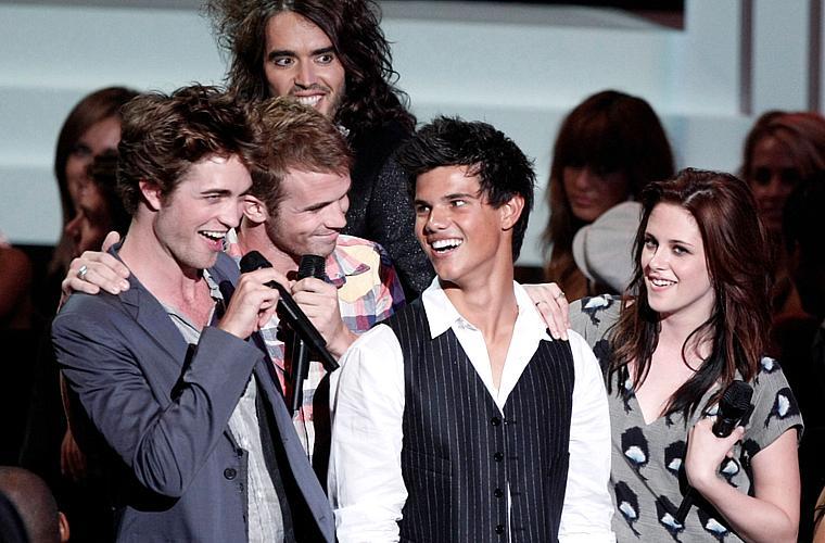 Robert Pattinson, Cam Gigandet, Taylor Lautner, Kristen Stewart e Russell Brand participam do MTV Video Music Awards, em 2008.