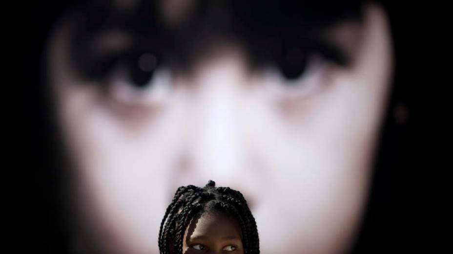 Esther Aikpehae, da África do Sul, protesta em Tel Aviv contra os novos critérios de residência de imigrantes em Israel que podem resultar na deportação de centenas de filhos de trabalhadores migrantes