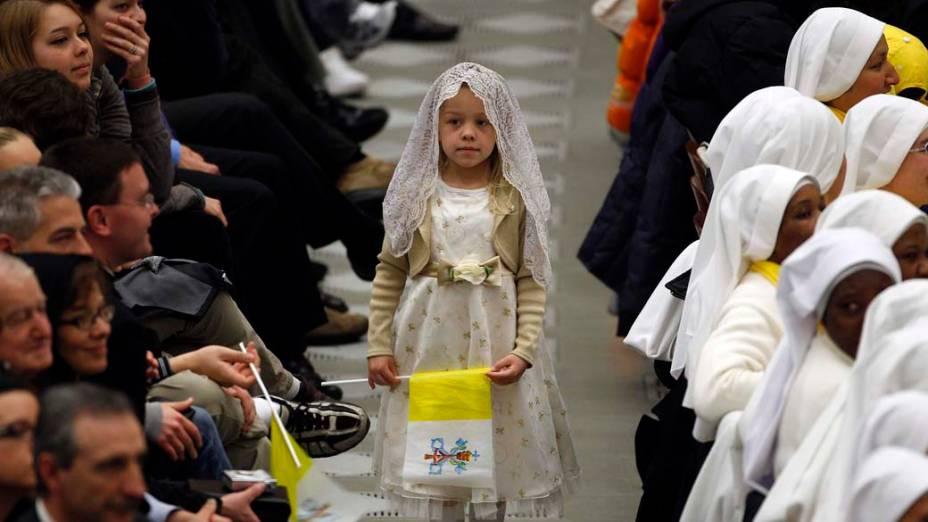 Criança carrega bandeira do Vaticano durante audiência semanal do Papa Bento XVI
