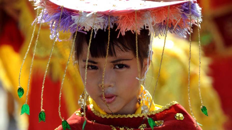 Criança durante cerimônia de casamento coletivo na cidade de Jacarta, Indonésia