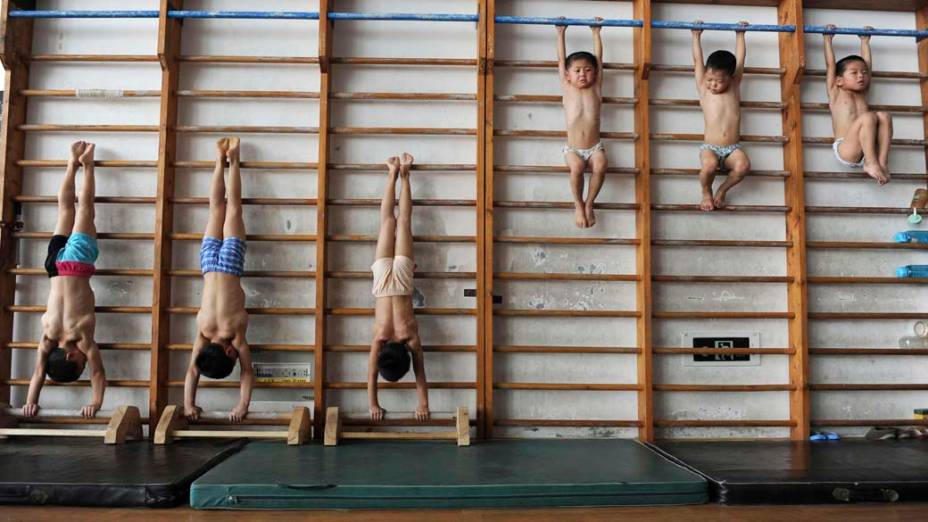 Jovens ginastas chineses em escola de Jiaxing, na província de Zhejiang