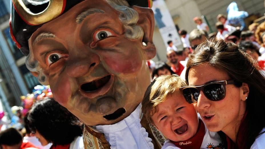 """""""Kiliki"""", personagem do desfile de gigantes e cabeças grandes, deixa criança assustada durante festival de São Firmino, em Pamplona, Espanha"""