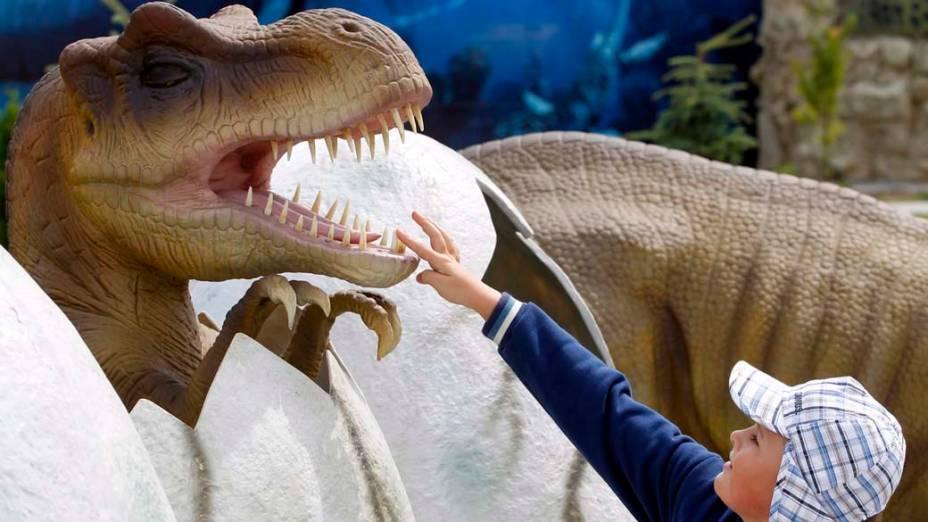 """Escultura de dinossauro no recém-inaugurado parque educativo """"Dream en Ochaby"""", em Ochaby, Polônia"""