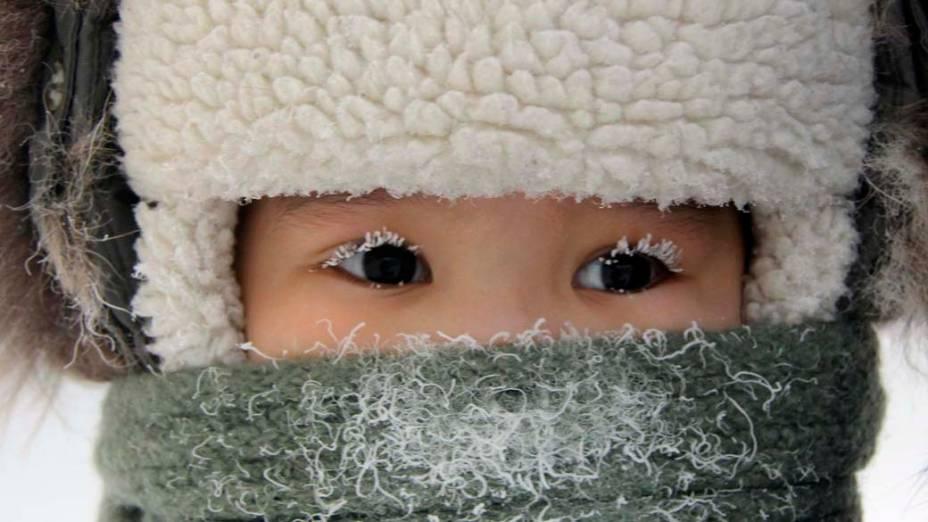 Criança em rua da cidade de Yakutsk, Rússia