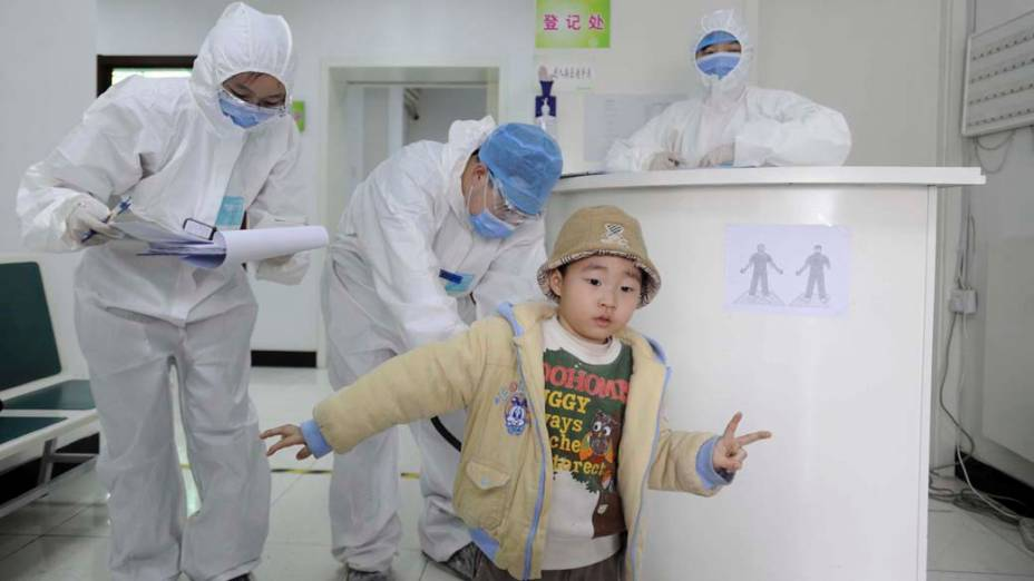 Criança vinda de um voo do Japão passa por controle de radioatividade em hospital de Pequim, China