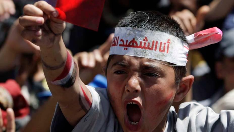 Criança participa de protesto contra o governo de Ali Abdullah Saleh na capital Sanaa, Iêmen
