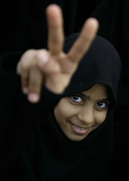 Criança participa de protestos contra o governo na capital Manama, em Bahrein