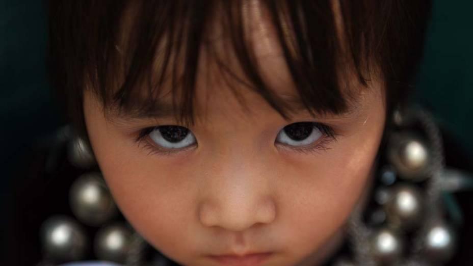 Criança em protesto contra a perseguição de minorias étnicas próximo à embaixada de Mianmar em Kuala Lumpur, na Malásia