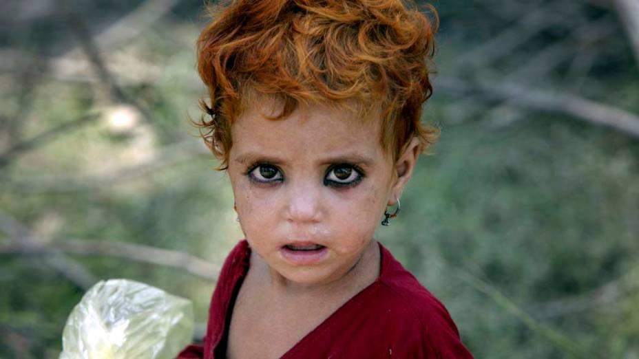 Criança sobrevivente das enchentes no Paquistão que está vivendo em tendas improvisadas em Charsadda, no noroeste do país. O estado estima que cerca de 13,8 milhões de pessoas tenham sido afetadas pelas chuvas