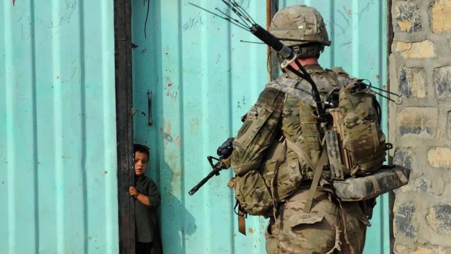 Soldado americano durante patrulha na cidade de Sabari, Afeganistão