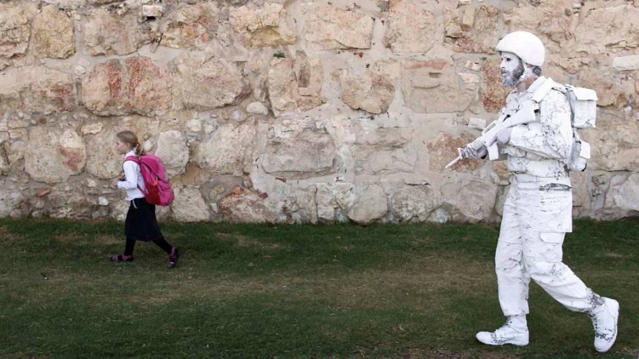 """O artista Yehuda Brown, ex-soldado israelense, em performance como """"O Soldado<br>  Branco"""", em Jerusalém"""