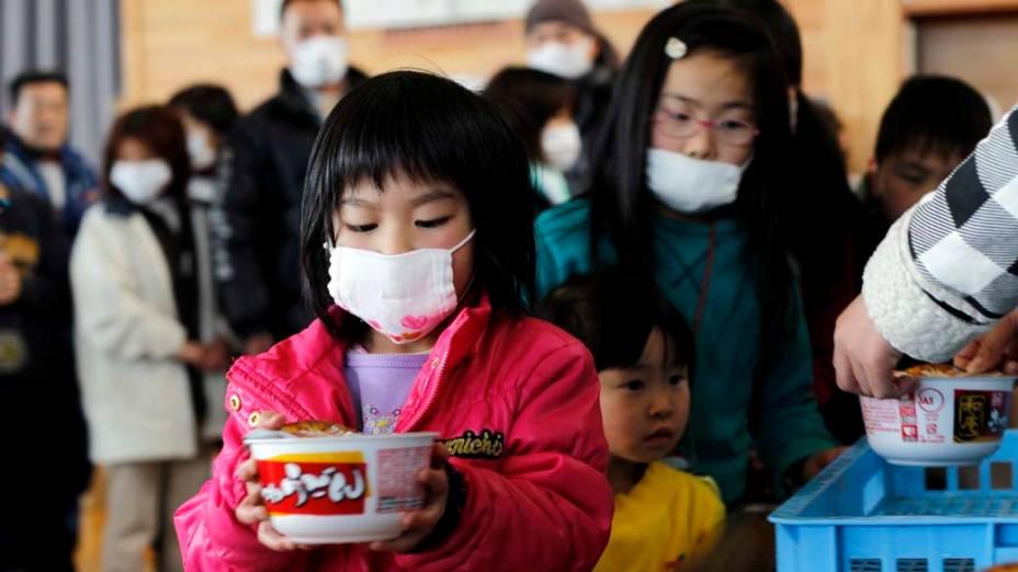 Crianças em um abrigo na cidade de Miyagi, Japão