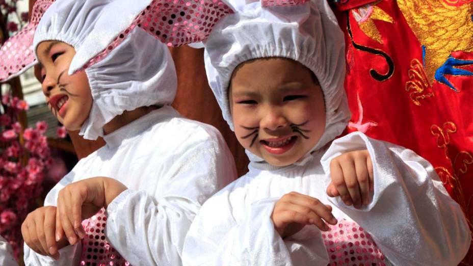 Crianças fantasiadas participam das comemorações do Ano Novo Lunar chinês que acontece durante a Festa da Primavera, Hong Kong
