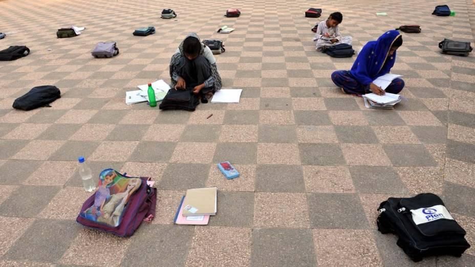 Crianças durante aula em parque na cidade de Islamabad, Paquistão