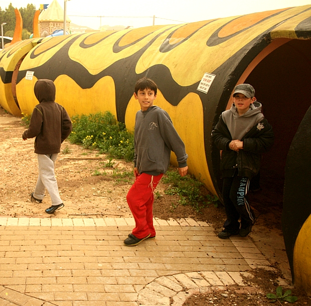 Crianças israelenses brincam em parque blindado de Sderot