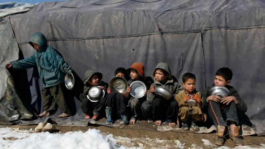 Crianças afegãs em campo para refugiados na cidade de Cabul