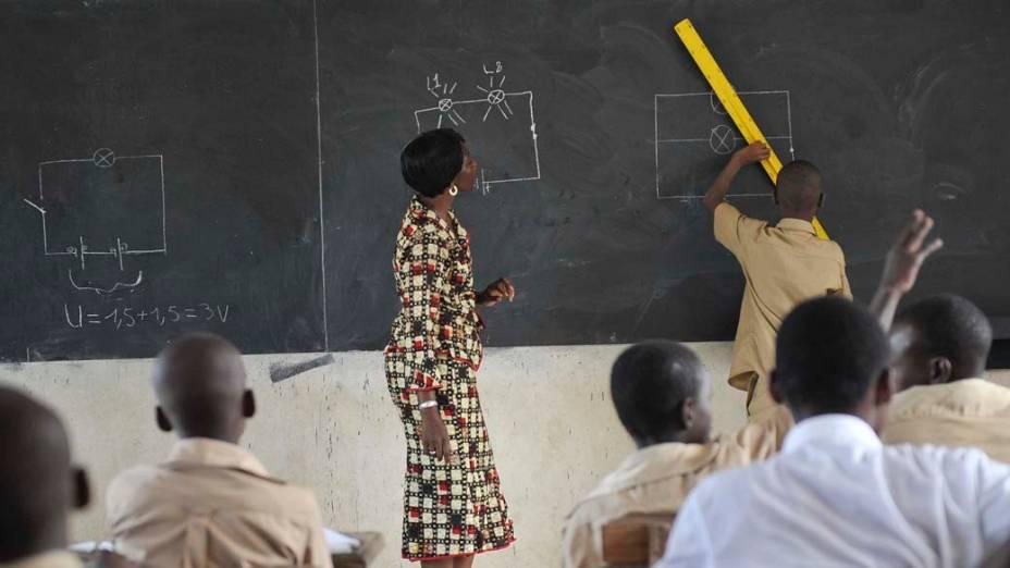 Em Abidjan, crianças voltam às aulas em escola que estava fechada há três semanas por causa dos conflitos na Costa do Marfim