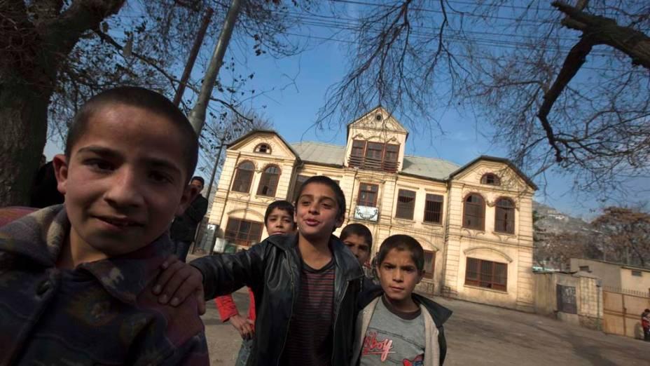 Crianças brincam em frente a escola em Cabul, no Afeganistão