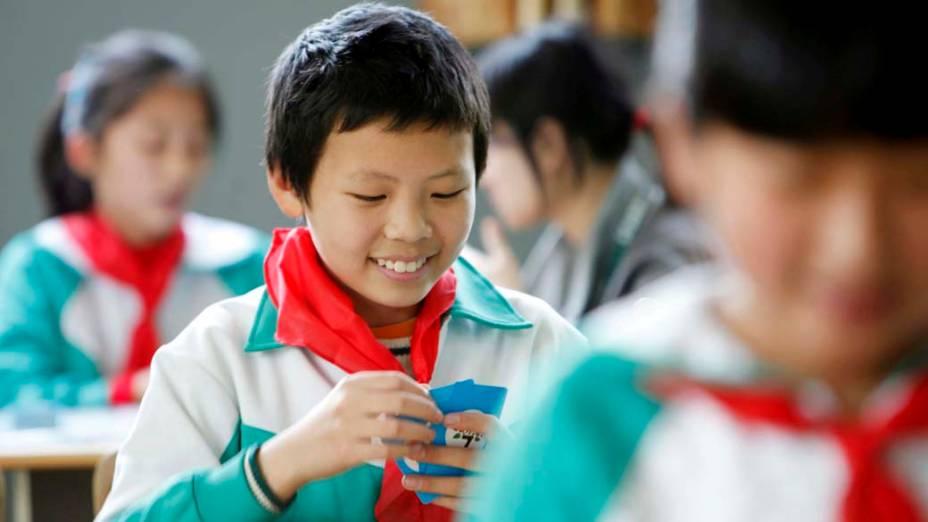Crianças chinesas em colégio de educação primária em Shangai