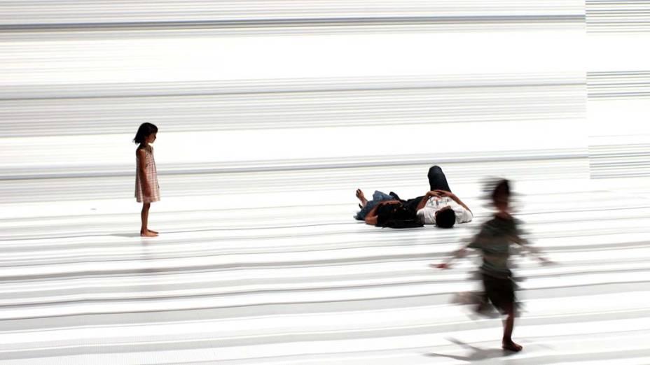 """Crianças brincam na instalação multimídia """"The Transfinite"""", do artista japonês Ryoji Ikeda, exposta em Nova York"""