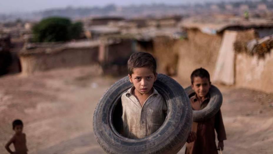 Crianças paquistanesas brincam na periferia de Islamabad