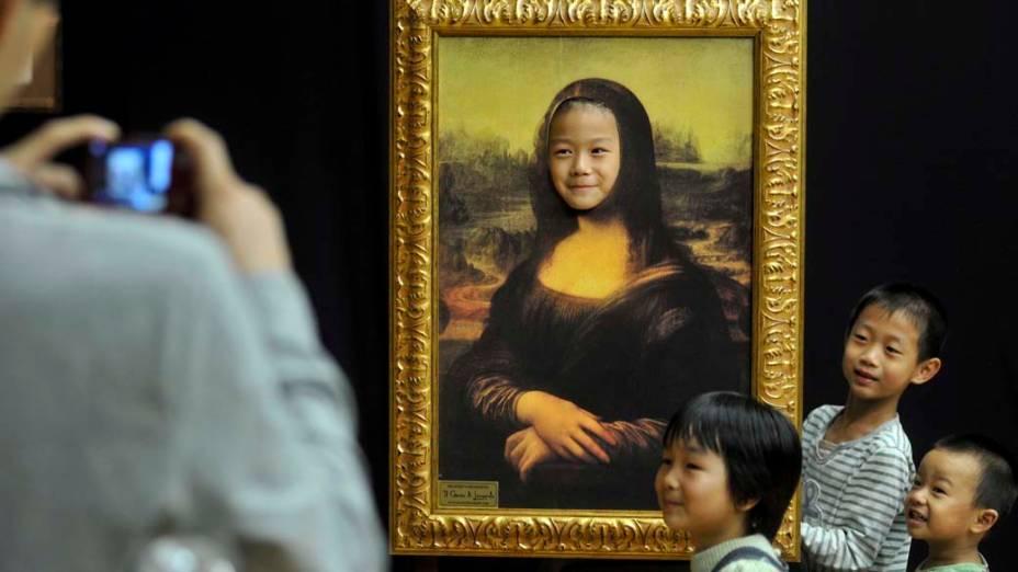 Crianças brincam na exposição sobre o artista italiano Leonardo Da Vinci em Zhejiang, na China