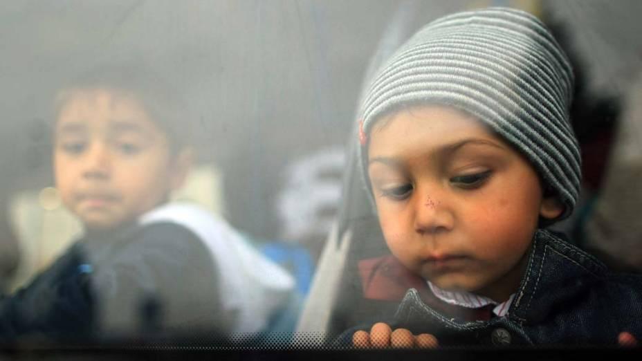 Crianças romenas chegando ao aeroporto internacional de Timisoara, na Romênia, após serem deportadas pelo governo francês