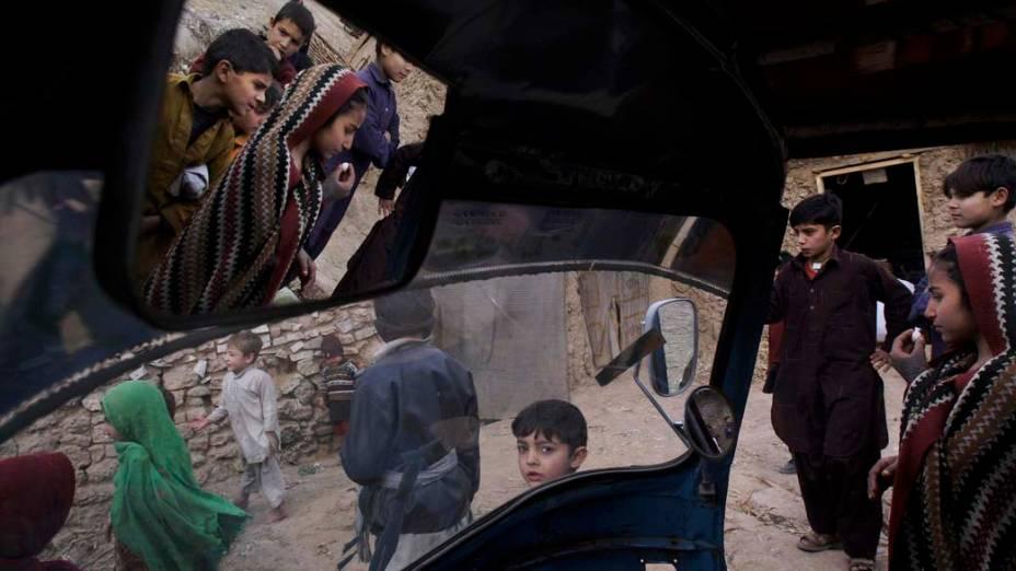 Crianças paquistanesas brincam na cidade de Islamabad