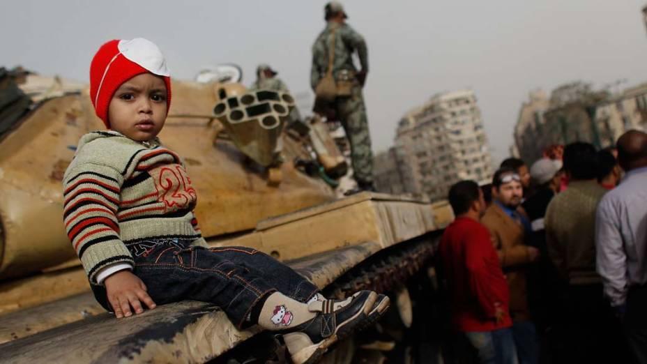 Crianças durante protestos na praça Tahrir, no Cairo, Egito