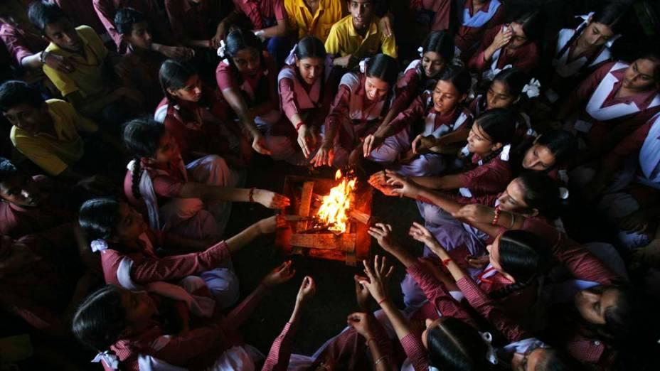 Em Jammu, Índia, estudantes durante cerimônia em memória às vítimas da explosão de uma bomba no prédio da Suprema Corte de Nova Délhi, na última quarta-feira