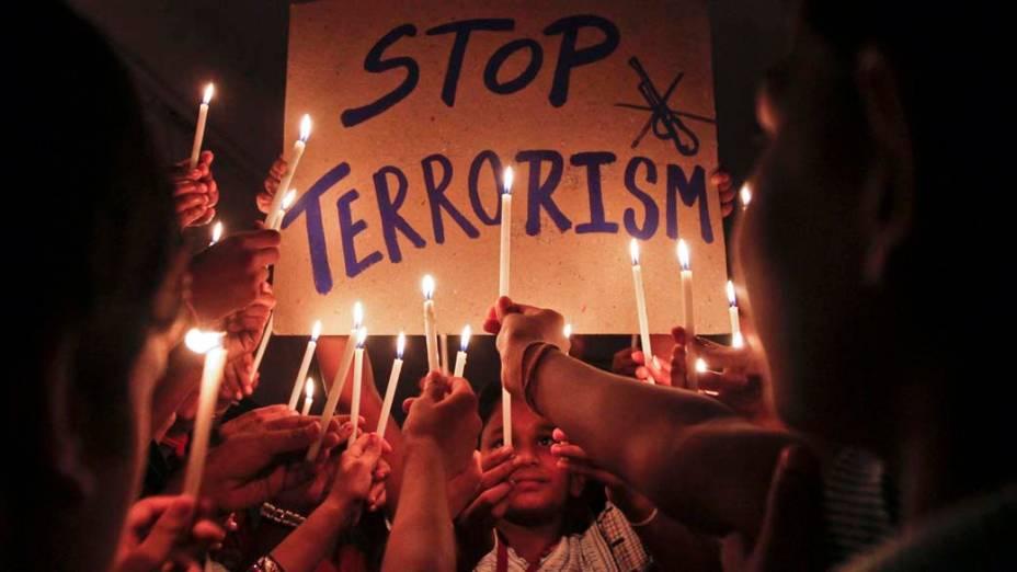 Em Ahmedabad, Índia, estudantes durante cerimônia em memória às vítimas da explosão de uma bomba no prédio da Suprema Corte de Nova Délhi, na última quarta-feira