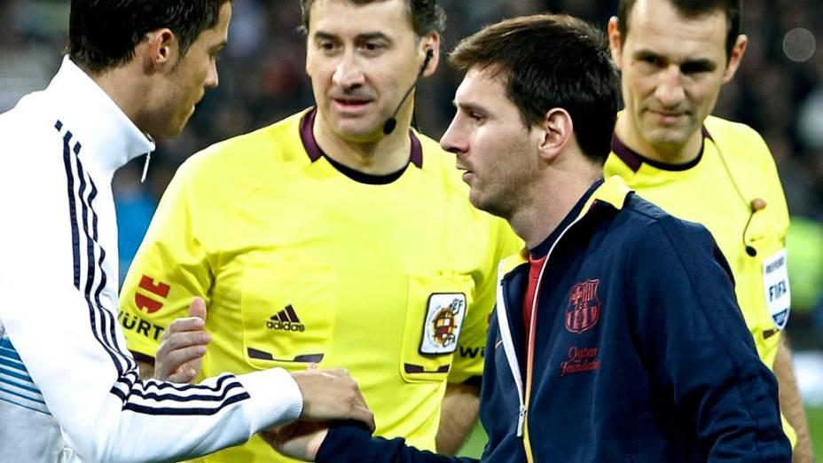 Cristiano Ronaldo e Messi se cumprimentam antes da final da Copa do Rei