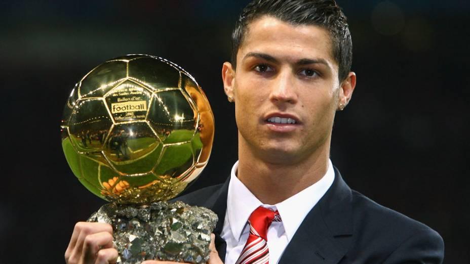 Cristiano Ronaldo recebe a Bola de Ouro em 2008, prêmio da FIFA que elege o melhor jogador do mundo