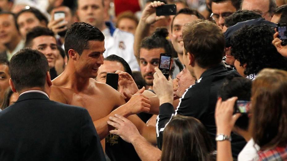 Cristiano Ronaldo cumprimenta os torcedores após partida entre Real Madrid e Getafe pelo Campeonato Espanhol no estádio Santiago Bernabeu