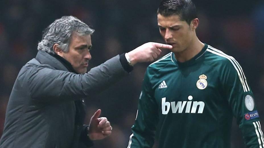 Mourinho dá instruções a Cristiano Ronaldo em partida da Liga dos Campeões
